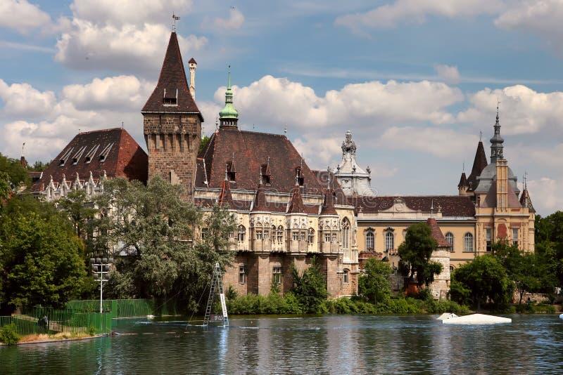Vajdahunyad slottsikt från lakeside budapest royaltyfria foton