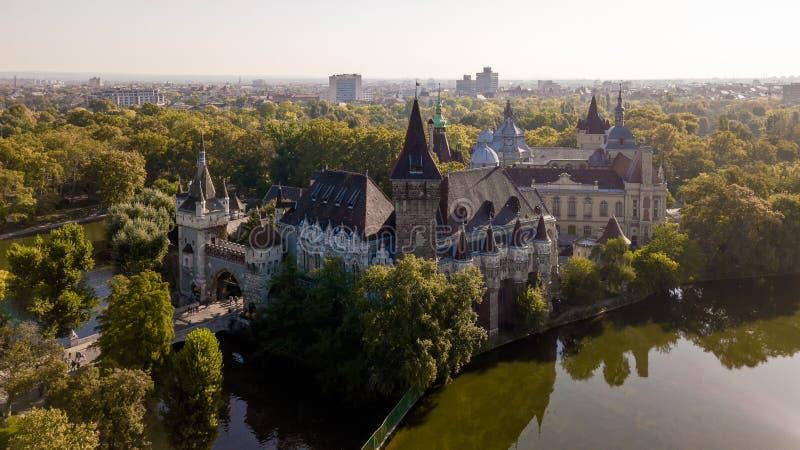 Vajdahunyad slottsikt från lakeside Budapest Ungern som filmas från surret royaltyfri foto