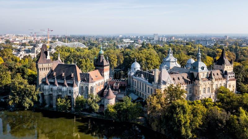 Vajdahunyad slottsikt från lakeside Budapest Ungern som filmas från surret royaltyfri fotografi