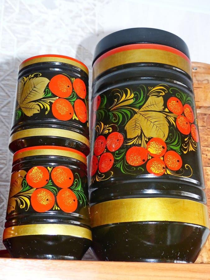 Vajilla de la cocina primer Khokhloma - un siglo popular ruso antiguo del arte XVII Elementos tradicionales Khokhloma - jugoso ro fotografía de archivo libre de regalías