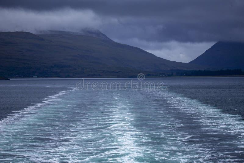 Vak av ön av den Tiree färjan som seglar ner ljudet av Mull royaltyfria foton