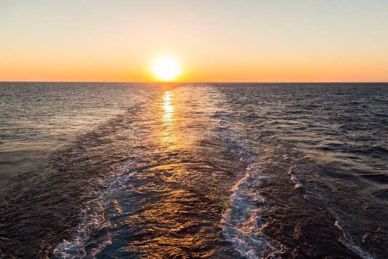 Vak av lastfartyget på solnedgångtid royaltyfri foto