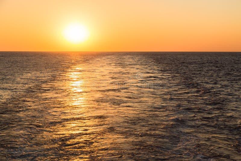 Vak av lastfartyget på solnedgångtid royaltyfria foton