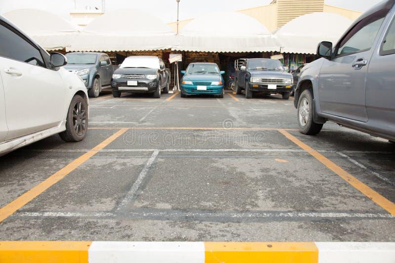 Vakant parkeringsplats med kopian som skriver utrymme fotografering för bildbyråer