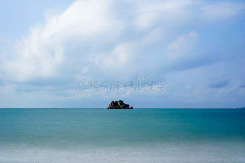 Vakantie als eilandhemel uit deur Mooi het water blauw overzees en strand van de aardzomer royalty-vrije stock afbeelding