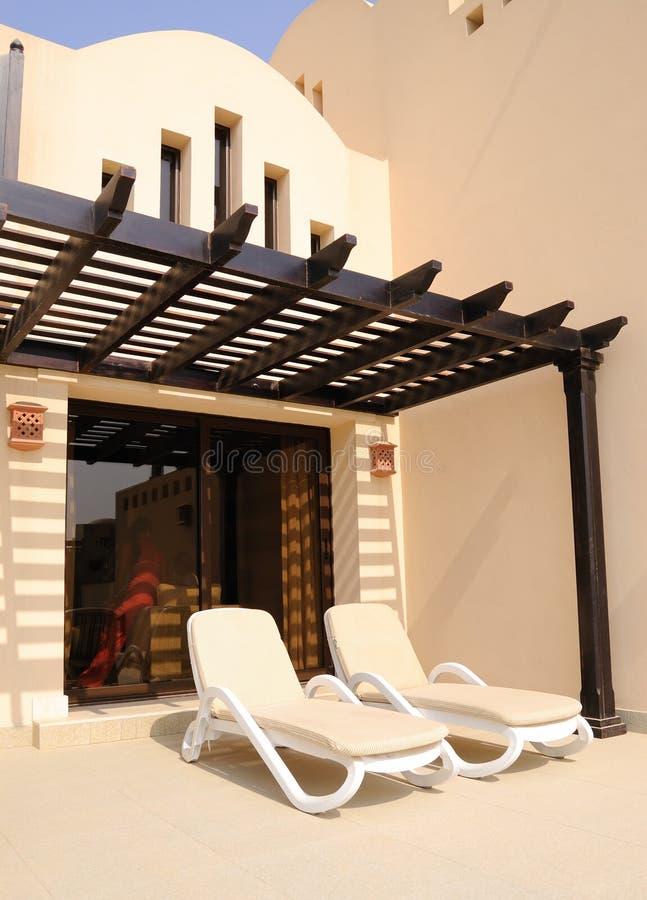 Vakantie bij villa in luxueus hotel stock afbeeldingen