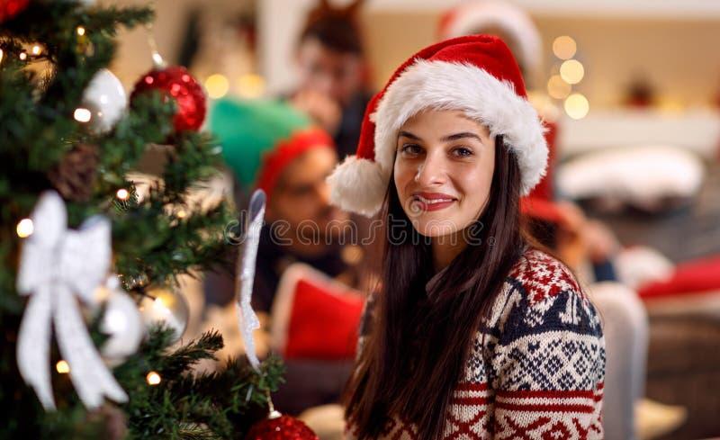 Vakantie, de winter en mensenconcept - jonge vrouw in Kerstmanhoed B stock foto's