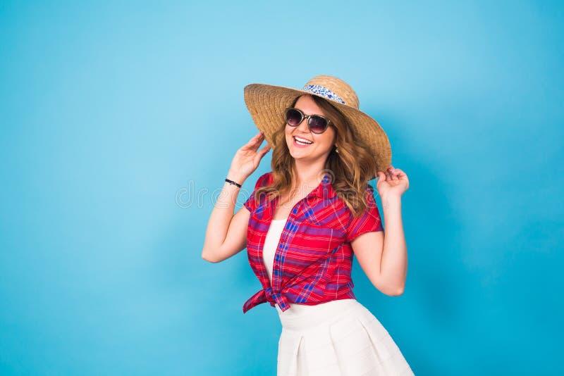 Vakantie, de zomer, manier en mensenconcept - Meisje in de modieuze hoed van het klerenstro Portret van het charmeren van vrouw o royalty-vrije stock afbeeldingen