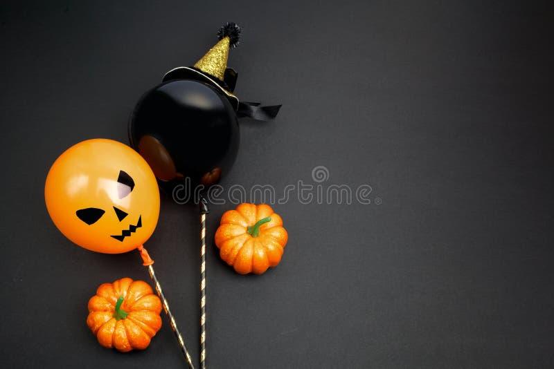 Vakantie, decoratie en partijconcept - luchtballons voor Halloween over zwarte achtergrond Hoogste mening royalty-vrije stock foto's
