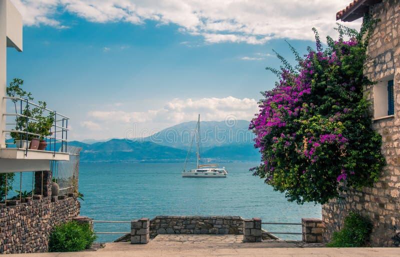 Vakantie die Toneelweergeven van Mediterrane kust dromen stock afbeelding