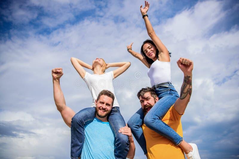 Vakantie en hobby Bezoek beroemd festival tijdens vakantie Rockfestival Voel vrijheid Dansende paren Vrienden stock foto