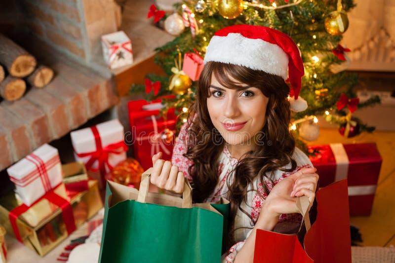 Vakantie gelukkig meisje na het winkelen royalty-vrije stock foto
