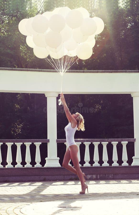 Vakantie. Gelukkige Onbezorgde Vrouw Lanceringsbos van Luchtballons stock afbeelding