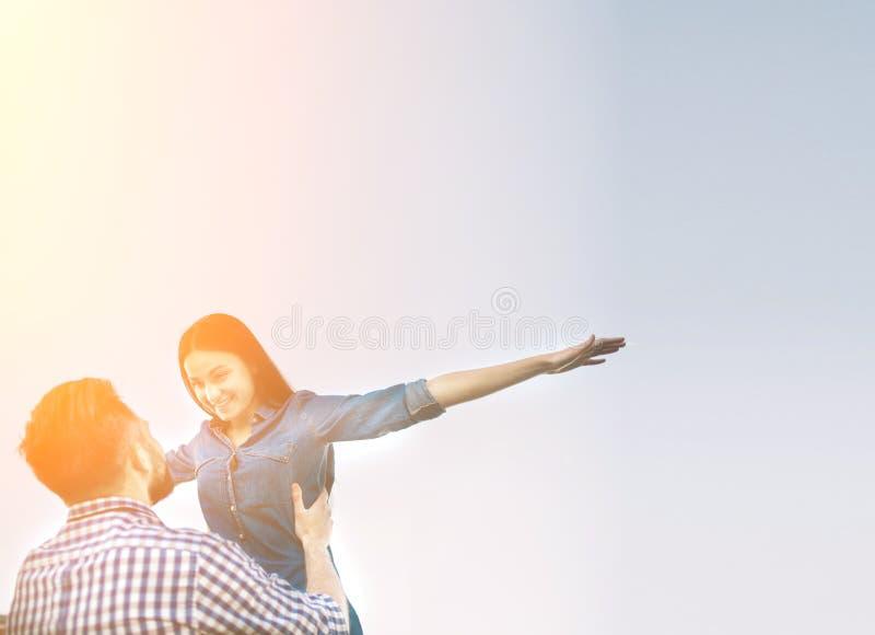 Vakantie, vakantie, liefde en vriendschapsconcept - glimlachend paar die pret over hemelachtergrond hebben royalty-vrije stock afbeeldingen