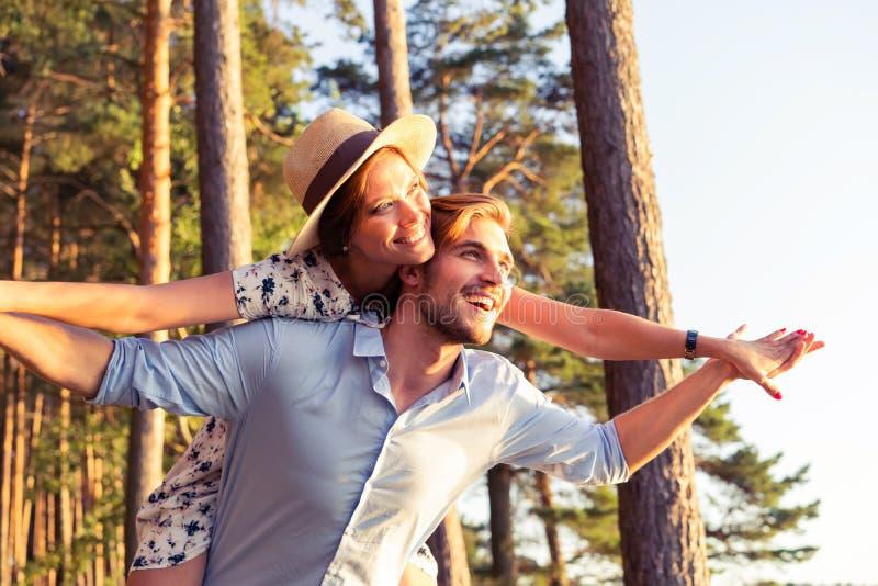 Vakantie, vakantie, liefde en vriendschapsconcept - glimlachend paar die pret over hemelachtergrond hebben royalty-vrije stock foto