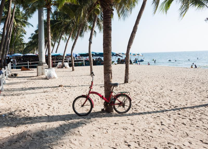 Vakantie op het strand met oude fiets royalty-vrije stock afbeelding
