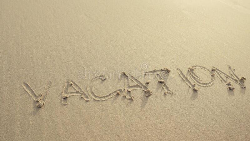 VAKANTIE op het strandzand wordt door golven altijd wordt gewassen geschreven die stock foto's