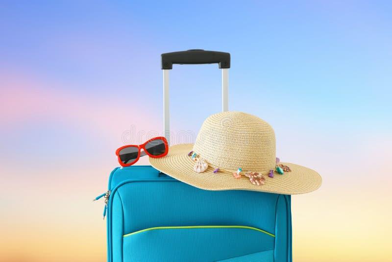 vakantie reis concept blauwe koffer voor bokehachtergrond stock afbeelding