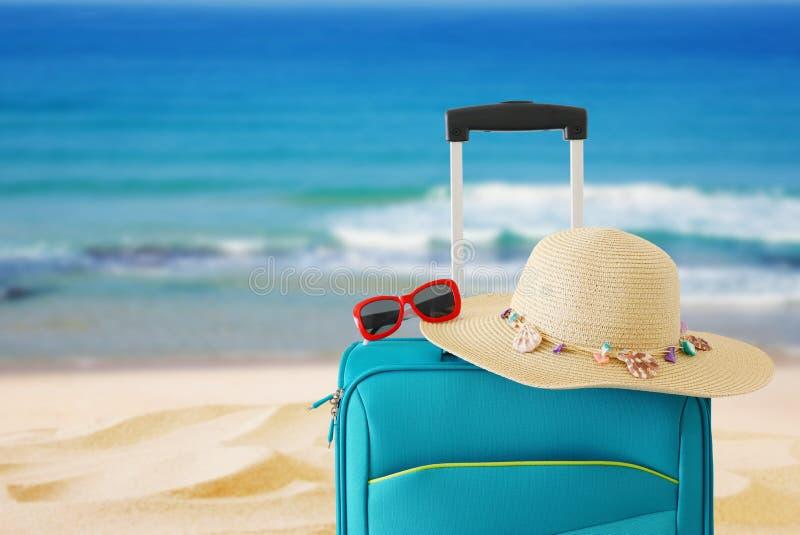 vakantie reis concept blauwe koffer voor tropische achtergrond royalty-vrije stock fotografie