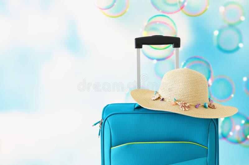 vakantie reis concept blauwe koffer voor zeepbelsachtergrond stock afbeeldingen