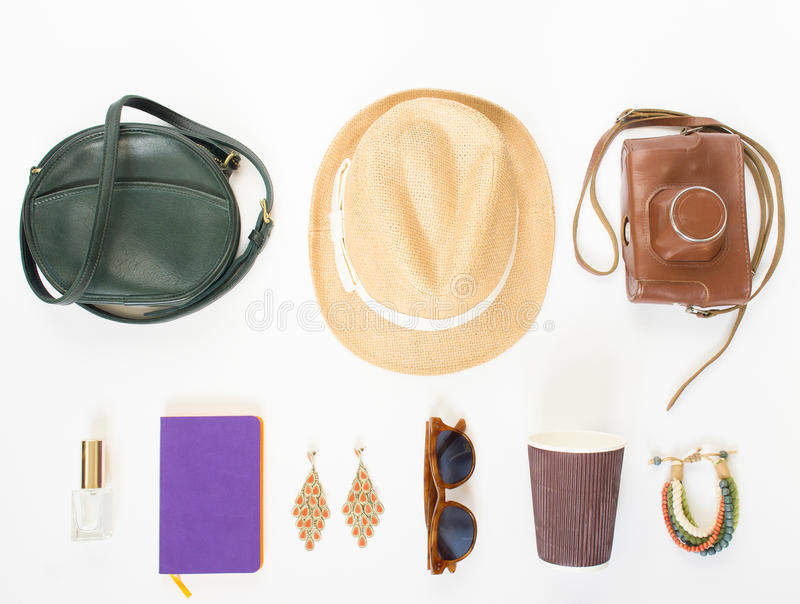 Vakantie, reisachtergrond Groene dwarszak, strohoed, retro bruine zonnebril, retro camera, hippiearmband en oorringen, viooltje royalty-vrije stock afbeelding