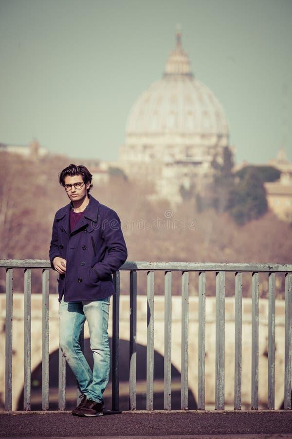 Vakantie in Rome, Italië Knappe jonge in op de brug royalty-vrije stock foto