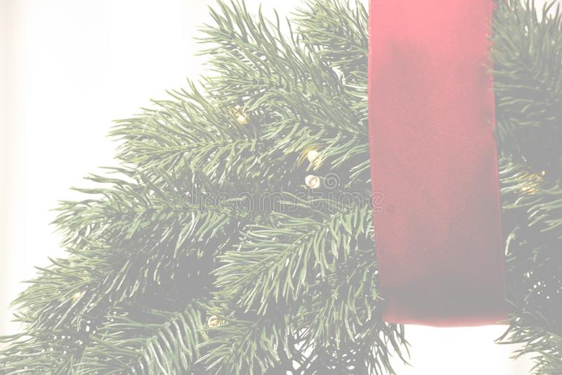 Vakantie transparante achtergrond met rode strook en Kerstmiskroon stock foto