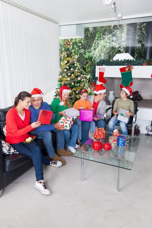 Vakantie van de dooskerstmis van de familie de open gift stock afbeeldingen