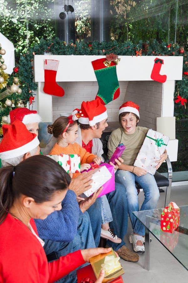 Vakantie van de dooskerstmis van de familie de open gift stock foto's