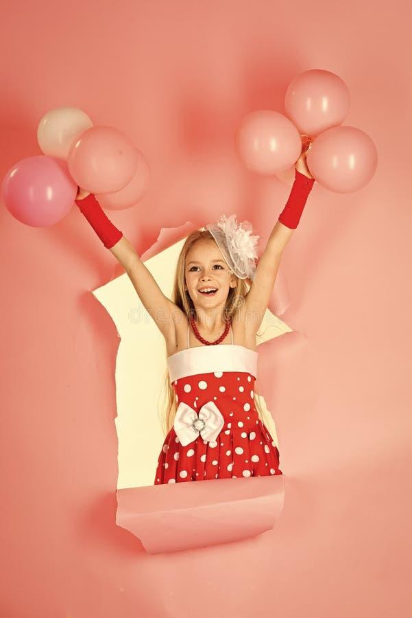 Vakantie, viering, kinderen en mensenconcept - gelukkig meisje met kleurrijke ballons stock fotografie