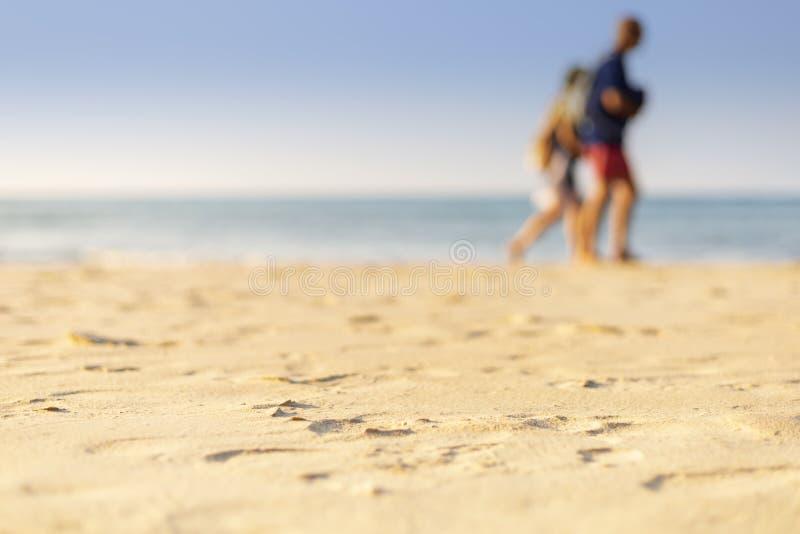 Vakantieconcept Duidelijk zand met bluf, zee en heldere hemelachtergrond Soft focus en focus selectief zand royalty-vrije stock fotografie