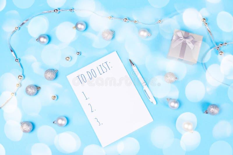 Vakantiedecoratie en notitieboekje op blauwe achtergrond stock foto