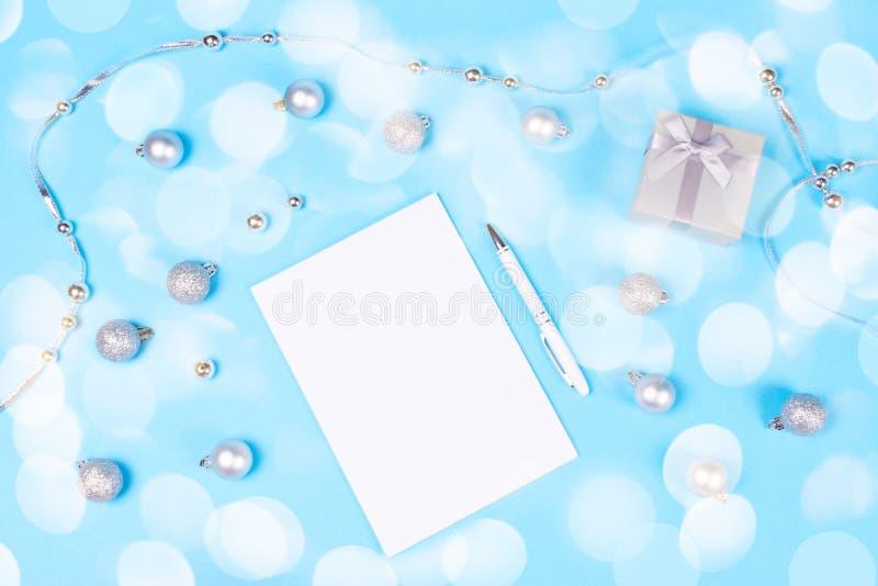 Vakantiedecoratie en notitieboekje op blauwe achtergrond stock afbeeldingen