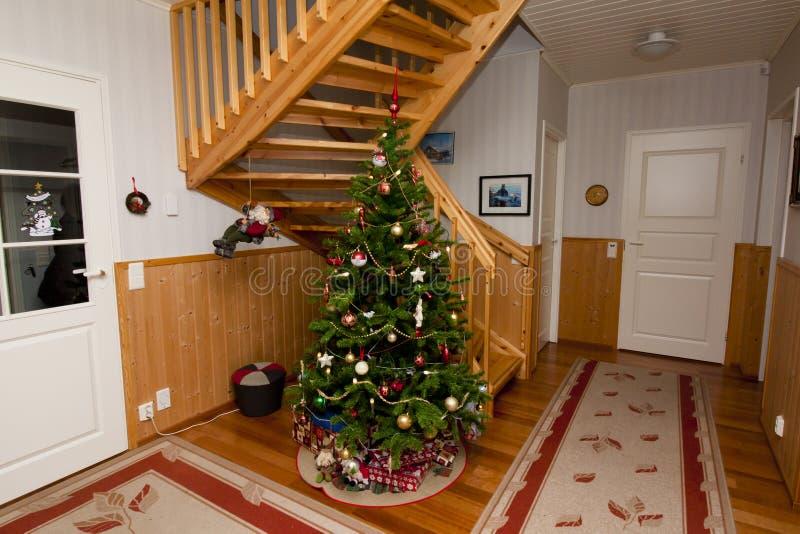 Vakantiefoto van comfortabel huisbinnenland, met Kerstboom en Nieuwjaardecoratie royalty-vrije stock foto's