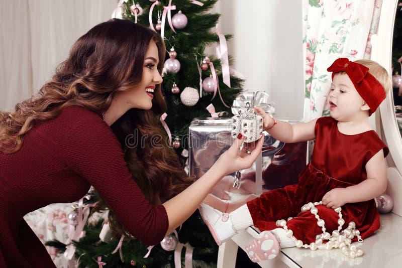 Vakantiefoto van het mooie familie stellen naast Kerstboom royalty-vrije stock afbeelding