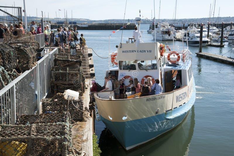Vakantiegangers die een veerboot in Torquay Engeland het UK vertrekken stock fotografie