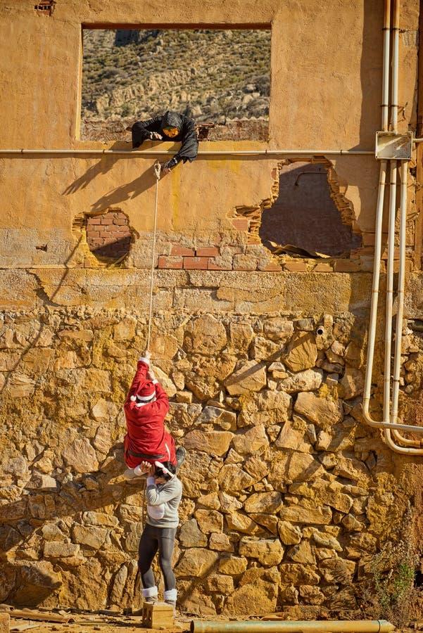 Vakantiehelden die het beklimmen triying stock afbeeldingen