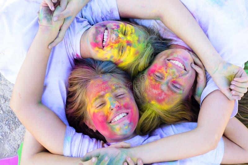 Vakantiekamp Het gelukkige leven in tienertijd Emotionalsmeisjes met gelukkige stemming met kleurrijke drycolors Kleurrijke holi  royalty-vrije stock afbeeldingen