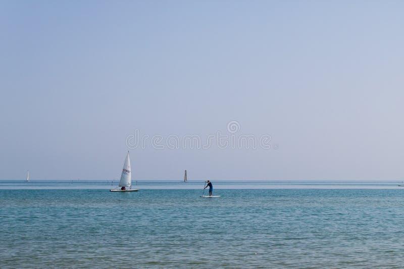 Vakanties aquatische sporten bij het strand mediterrane zeegezicht royalty-vrije stock afbeeldingen