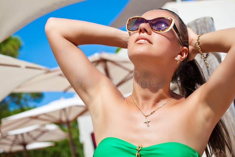 Vakantievrouw het ontspannen bij de toevlucht van de de zomervakantie stock foto's