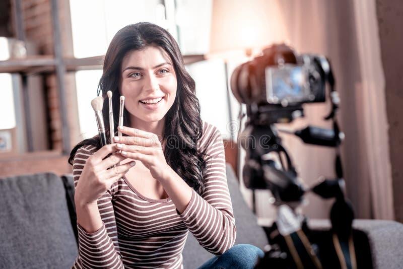 Vaken blogger som gör en video för hennes anhängare arkivfoto