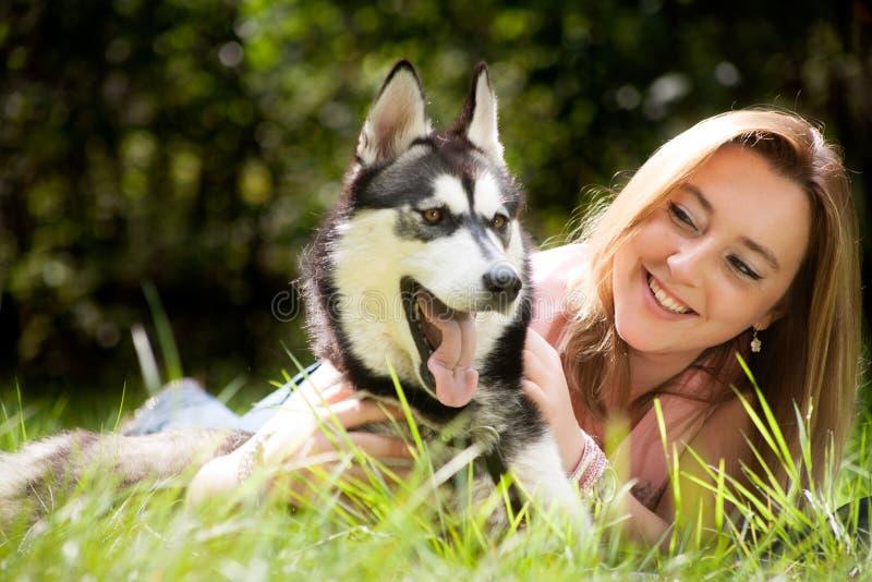 Vaken hund och hans ägare royaltyfria bilder