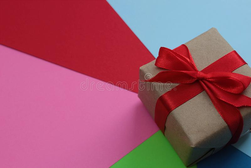 Vakje met een rode boogtribunes op papier van verschillende kleuren royalty-vrije stock afbeeldingen