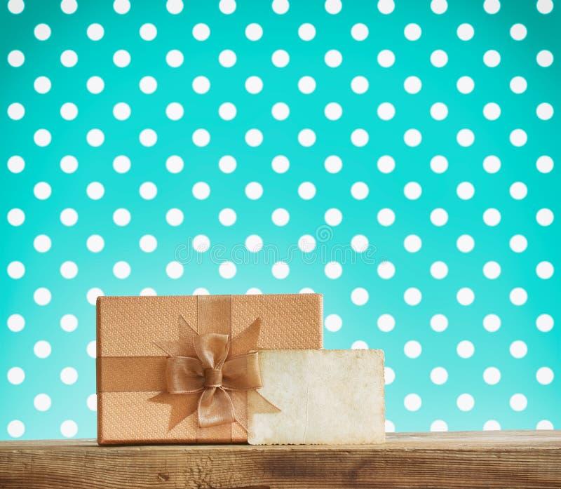Vakje van de vakantie het bruine gift met een boog, document etiket royalty-vrije stock afbeeldingen