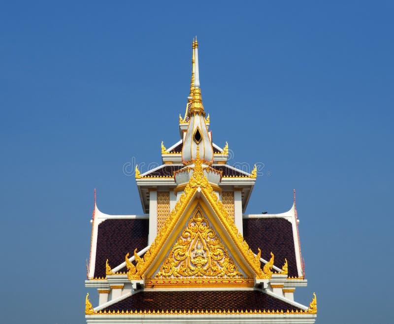Vakkundig bewerkte geveltop bij Thaise tempel royalty-vrije stock afbeeldingen