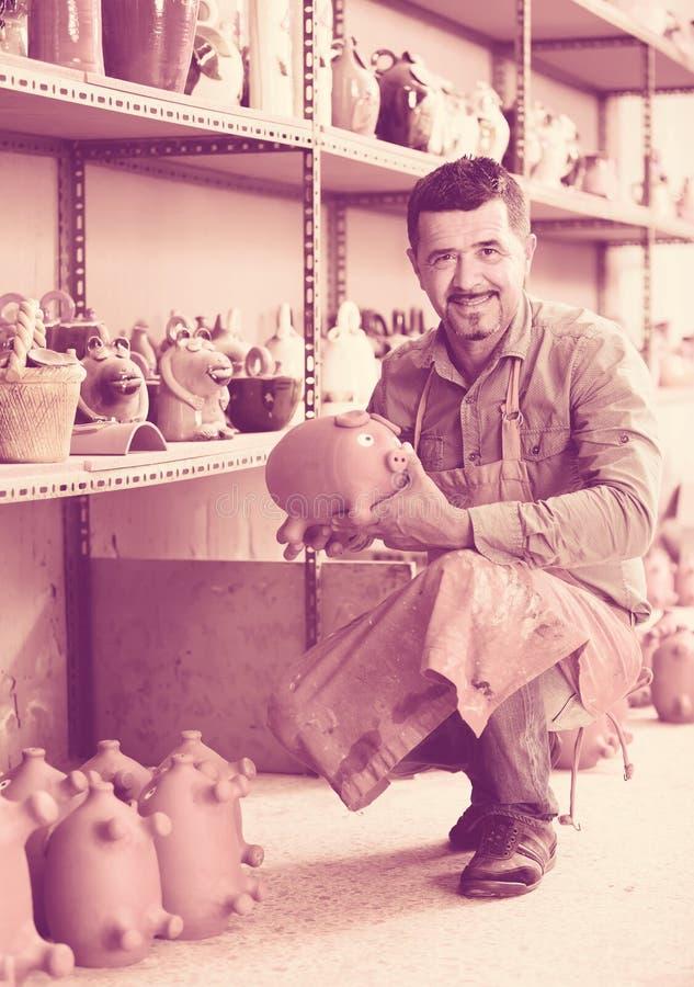 Vakman in ceramische workshop royalty-vrije stock foto