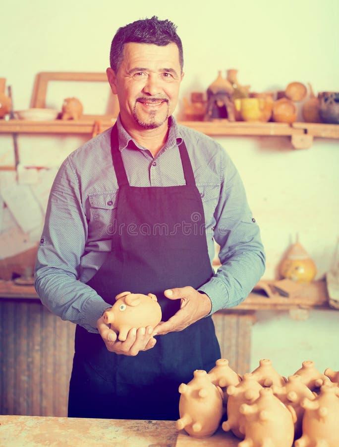 Vakman in ceramische workshop stock afbeeldingen