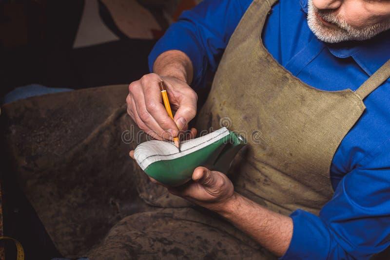 Vakman die details voor een nieuw schoeisel maken royalty-vrije stock fotografie
