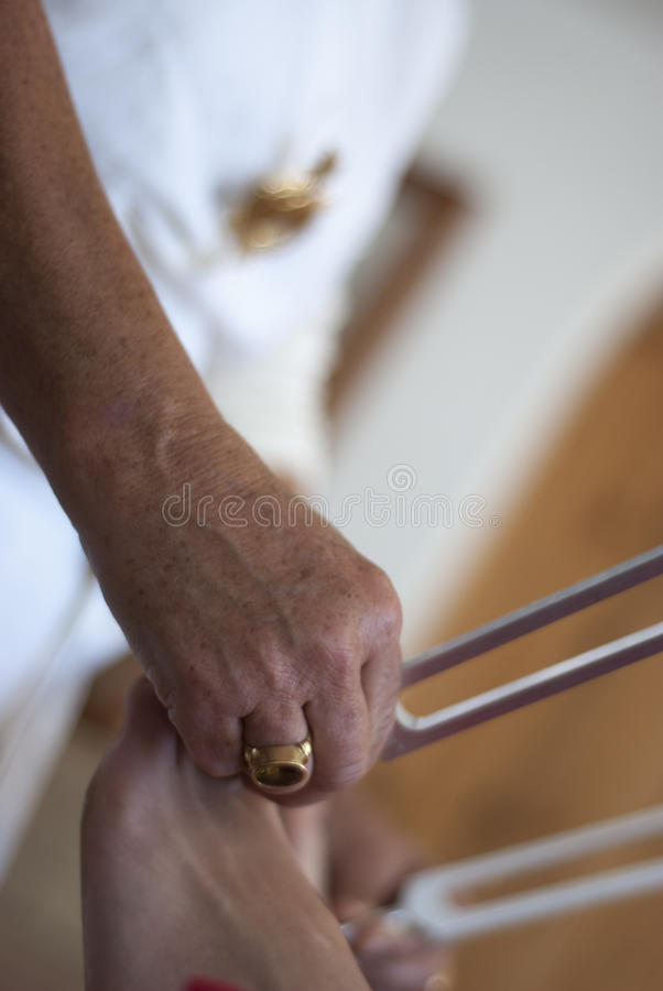 Vakman die helende stemvorkbehandeling geven. stock foto's