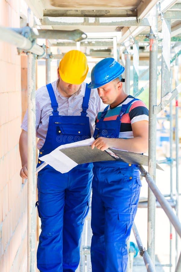 Vakman het controleren bouwterrein of bouwplannen royalty-vrije stock foto